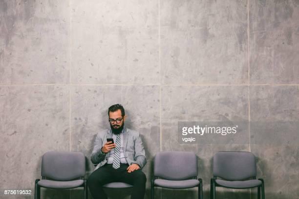 zakenman te wachten voor een interview - ongeduldig stockfoto's en -beelden