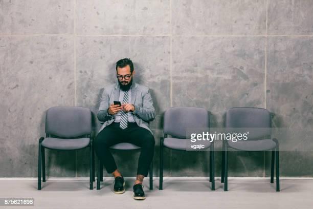 homem de negócios à espera de uma entrevista - job centre - fotografias e filmes do acervo