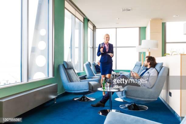 uomo d'affari in attesa del volo nella vip lounge di aiport - izusek foto e immagini stock