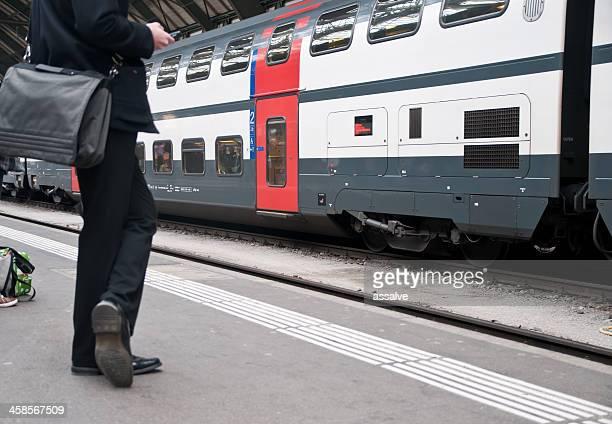Geschäftsmann warten auf den nächsten Zug