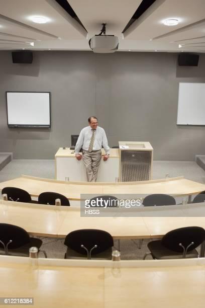 businessman waiting in lecture hall - overheadprojector stockfoto's en -beelden