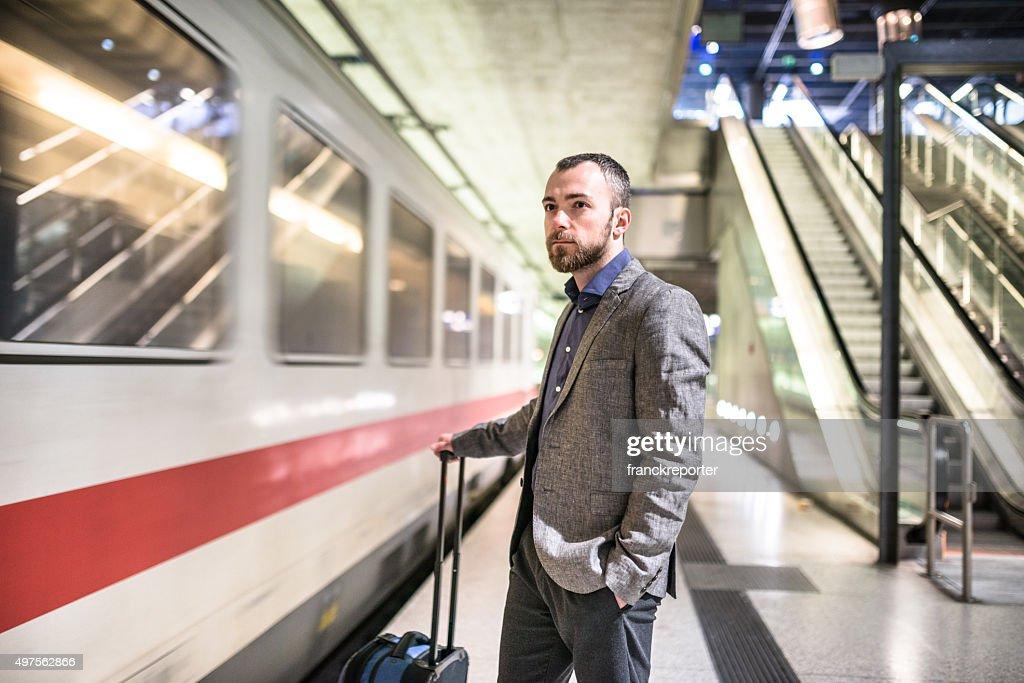 Geschäftsmann warten auf Plattform des Bahnhof Zug am : Stock-Foto