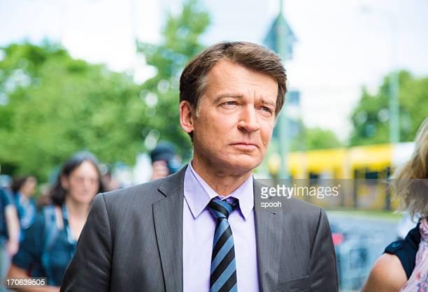 Geschäftsmann zu Fuß auf der Straße in Berlin