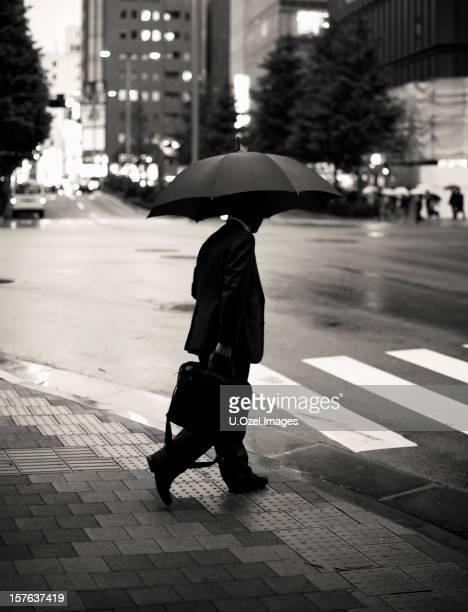 Homme d'affaires marchant dans la nuit