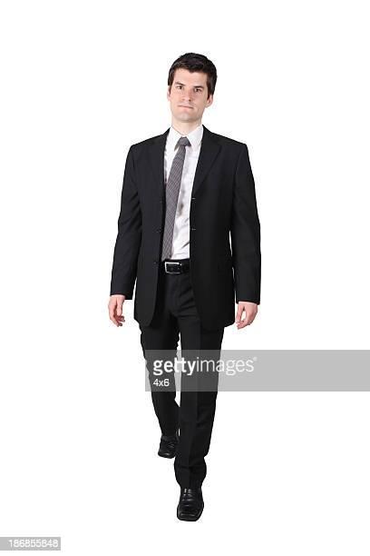 Geschäftsmann zu Fuß vorwärts nicht Lächeln
