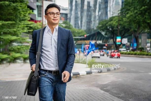 クアラルンプール・マレーシアを歩くビジネスマン - 見渡す ストックフォトと画像