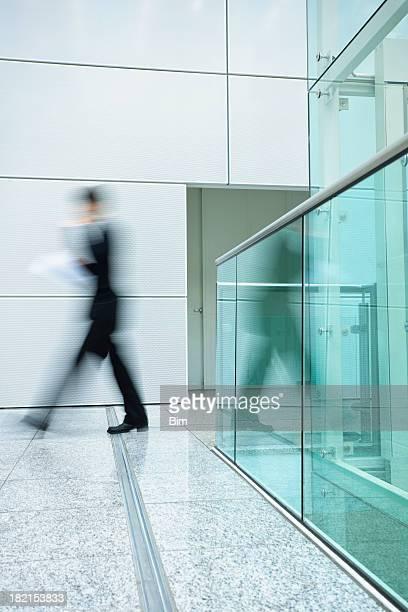 Geschäftsmann in modernen Interieur, Bewegungsunschärfe