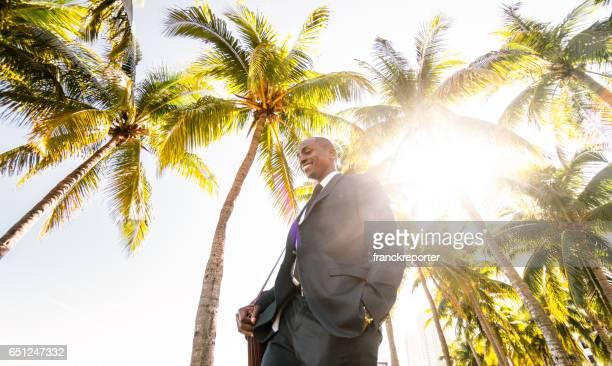 Geschäftsmann zu Fuß am Strand in Miami