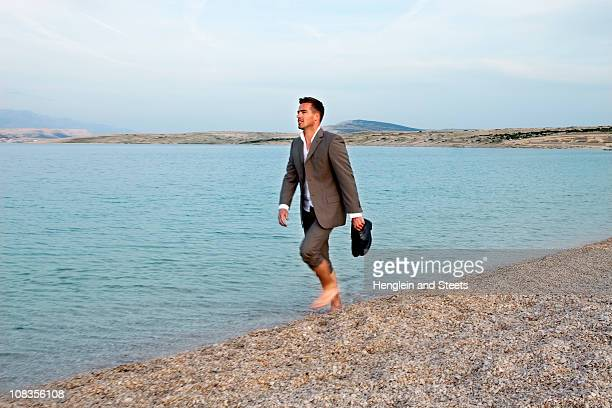 businessman walking on the beach - chaussures blanches photos et images de collection
