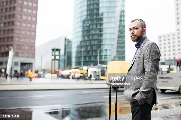 Geschäftsmann zu Fuß auf der Straße