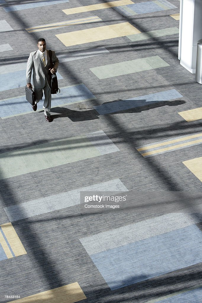 Businessman walking with luggage : Stockfoto