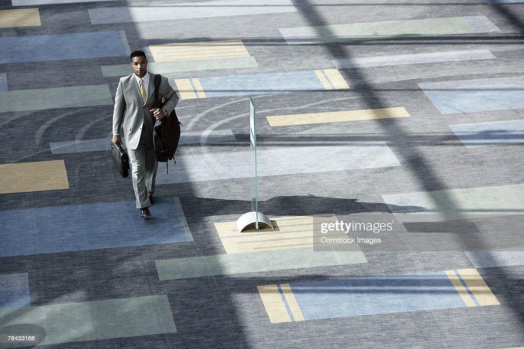 Businessman walking with luggage : Stockfoto