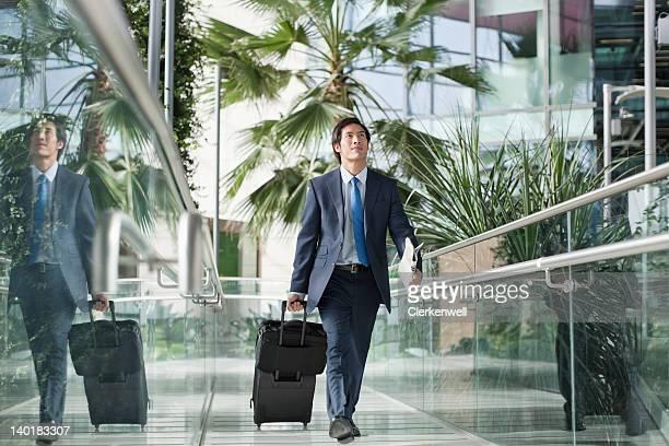 Hombre de negocios caminando con maleta
