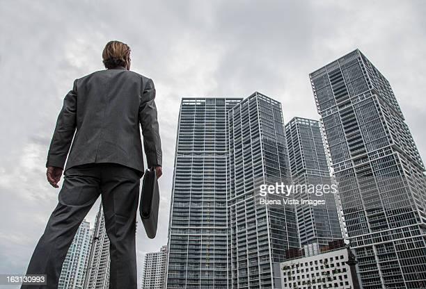 businessman watching high building - vista de ángulo bajo fotografías e imágenes de stock