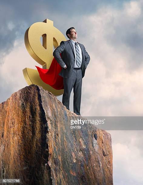 Geschäftsmann mit Cape steht Cofidently und schützen Dollarsymbol
