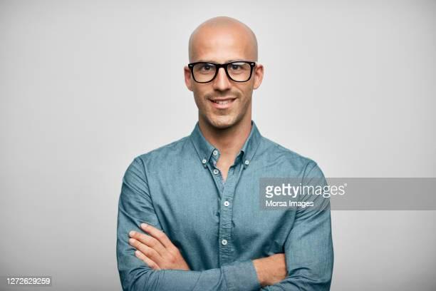 businessman wearing eyeglasses on white background - retrato fotografías e imágenes de stock