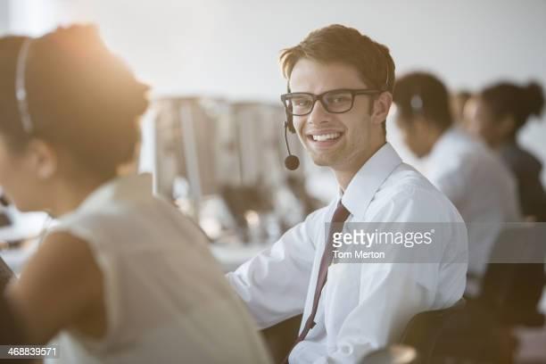 ビジネスマンハンドセットを着ているオフィス