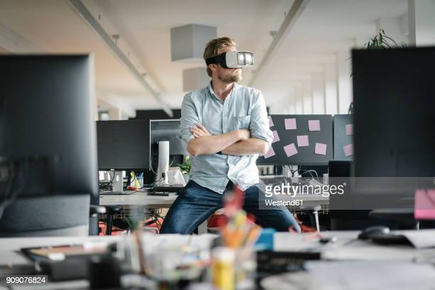 businessman wearing vr glasses in office - virtual reality simulator stock-fotos und bilder