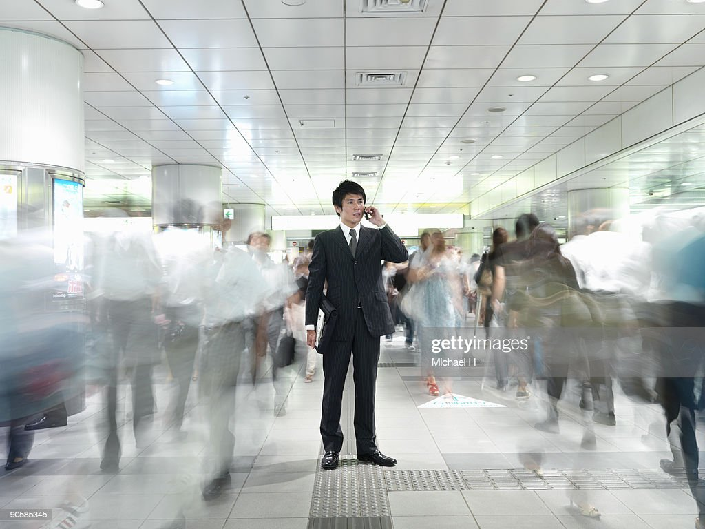 Businessman who calls in coming and going people : Stockfoto