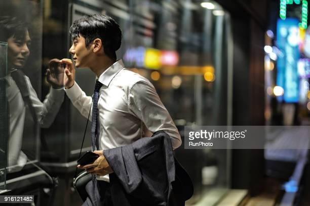 businessman window shopping - ショーウィンドウ ストックフォトと画像