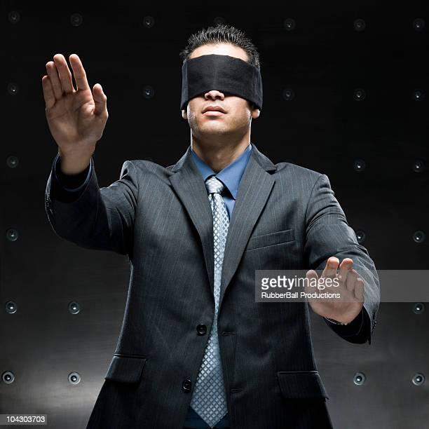 Hombre de negocios con una venda de ojos en