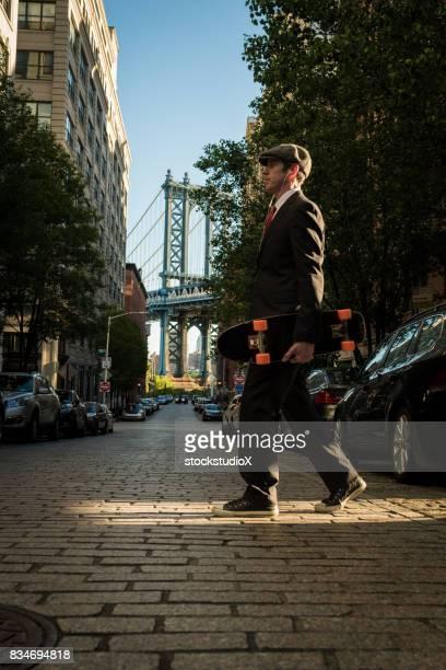 Geschäftsmann mit einem skateboard