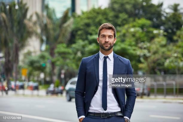 empresário com os braços cruzados em pé na cidade - plano americano - fotografias e filmes do acervo