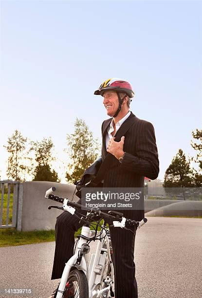 Hombre con bicicleta en el parque urbano