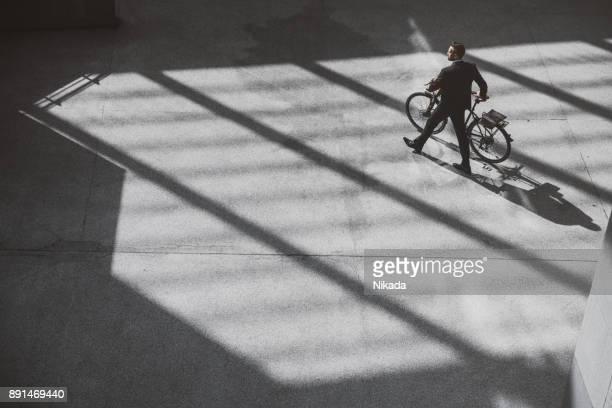 Geschäftsmann mit Fahrrad