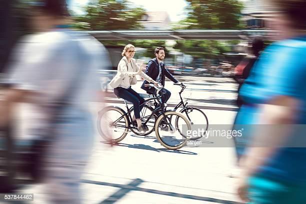 Geschäftsmann mit dem Fahrrad auf der Straße