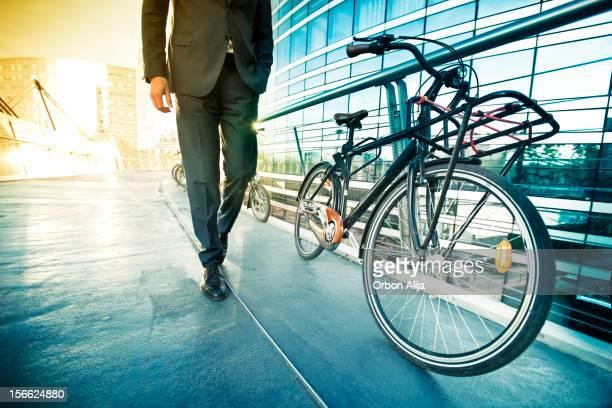 Homme d'affaires en vélo