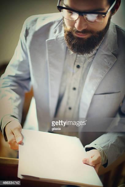 Geschäftsmann mit leeren Papier Blatt.