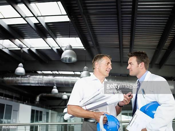 Geschäftsmann mit Werkzeuge sprechen, co-worker