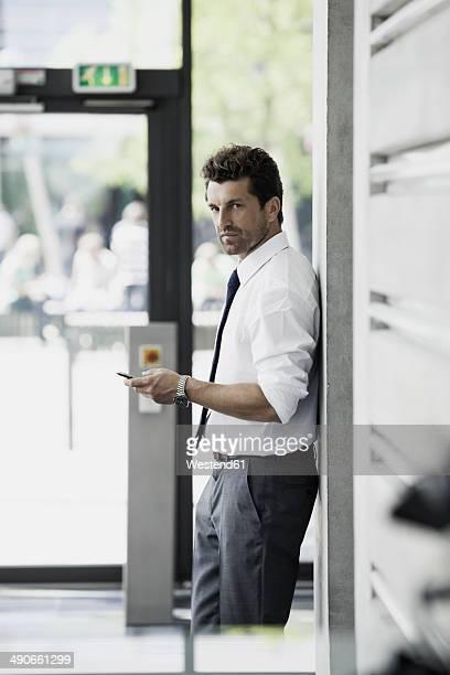 businessman with cell phone - tre quarti foto e immagini stock
