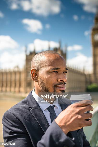 Homme d'affaires avec une tasse de café détente à Londres