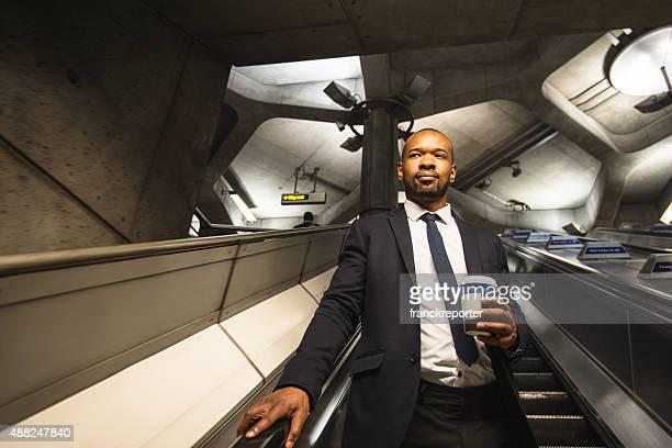 Homme d'affaires avec une tasse de café dans le métro de Londres