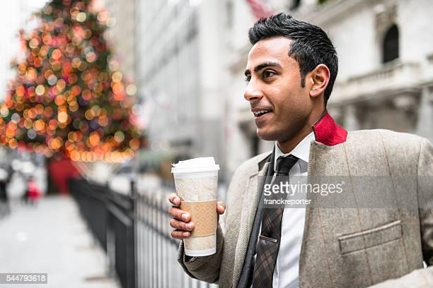 Homme d'affaires avec une tasse de café sur wall street