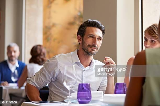 Geschäftsmann mit Kollegen am Tisch im restaurant