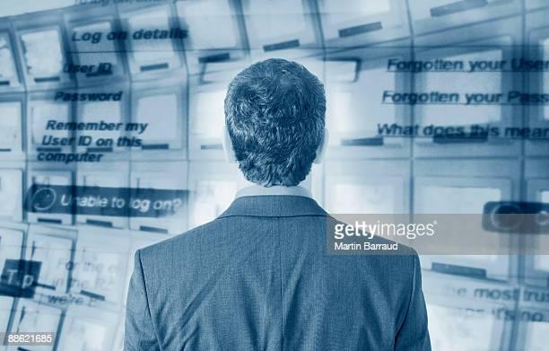 Geschäftsmann mit computer-Bildschirm im Hintergrund
