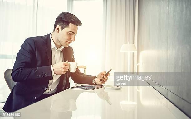 Homme d'affaires avec tablette numérique et un téléphone