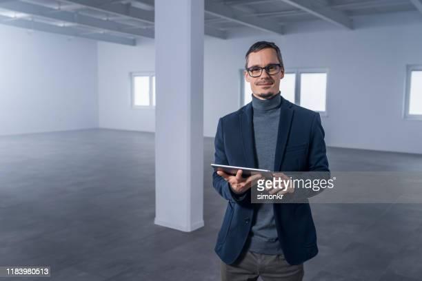 homem de negócios com tabuleta digital - blazer azul - fotografias e filmes do acervo