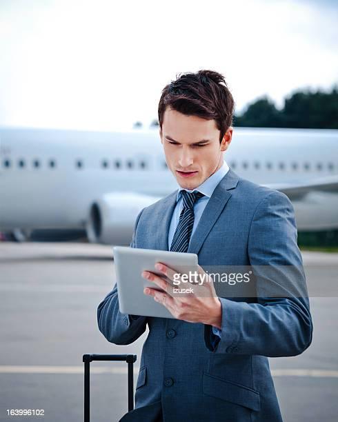 hombre de negocios con tableta digital - izusek fotografías e imágenes de stock