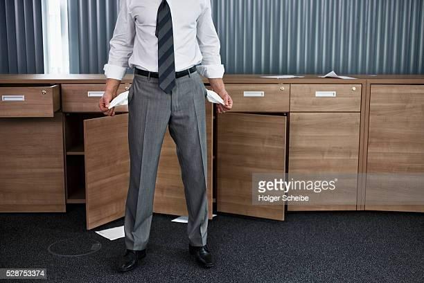 businessman with empty pockets - banqueroute photos et images de collection
