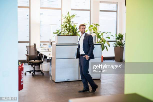 businessman with files in the office - adulto de idade mediana - fotografias e filmes do acervo