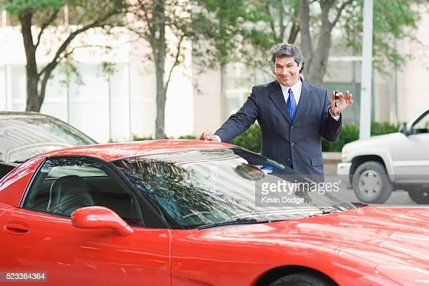 businessman with keys to sports car - exhibition photos et images de collection
