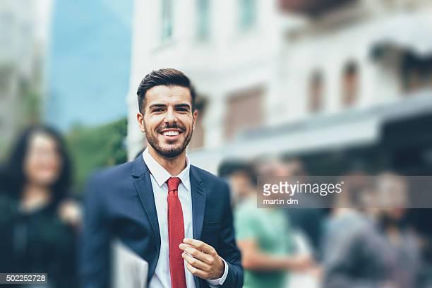 Homme d'affaires avec journal dans la rue à Istanbul