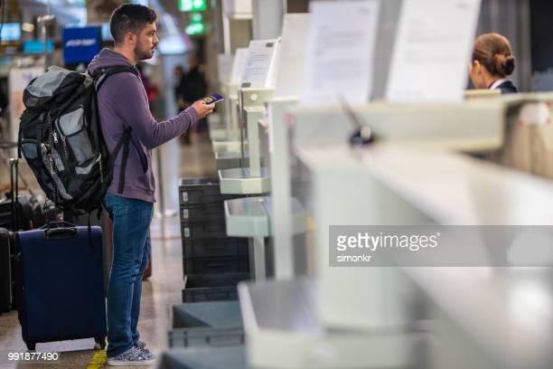 homme d'affaires avec le passeport à l'aéroport - hygiaphone photos et images de collection