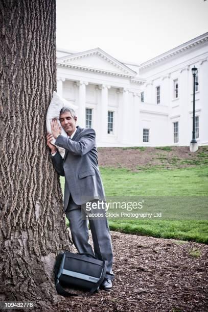 Homme d'affaires avec des chambres sur Tronc d'arbre