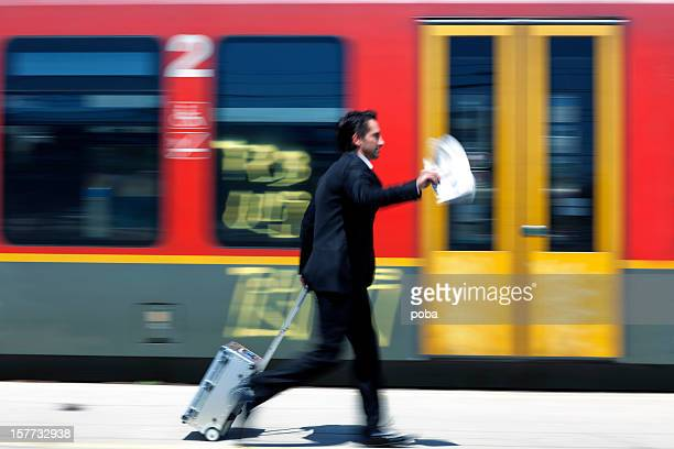 Ejecutivo corriendo con rodillo caso de plataforma de estación de tren de
