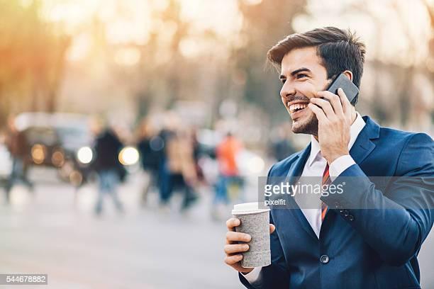 Geschäftsmann mit Smartphone im einer Kaffeepause